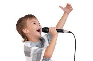 ninos-cantando